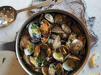 Steam Clams with Ham in White Wine